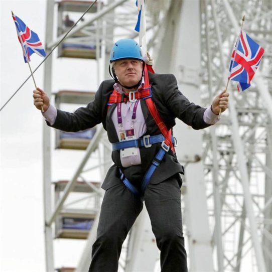 Foto: Boris Johnson im Klettergurt hängend