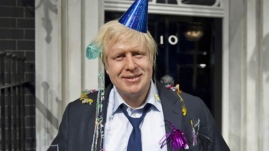 Foto: Boris Johnson mit Karnevals-Hütchen vor Downing Street 10